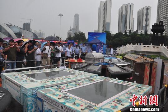 广西南宁警方现场揭露赌博骗局吸引大批民众围观