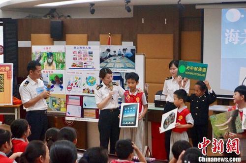 海关课堂走进广州校园 缉毒犬、检疫犬同台秀绝活