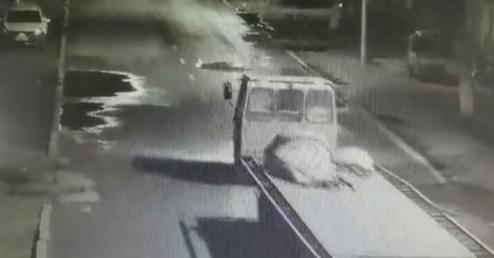 女生醉倒街头遭碾:15岁女生身亡