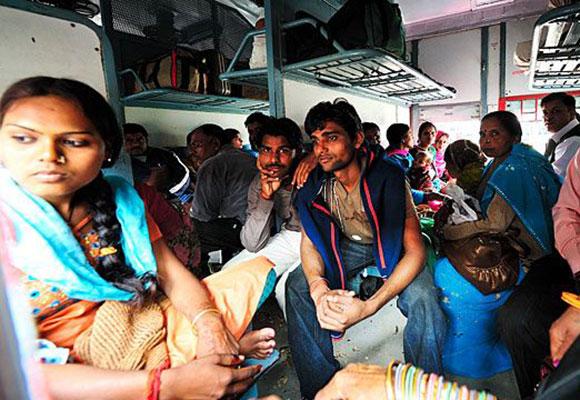 中国造出世界最长高铁 印度列车还是脏乱差!
