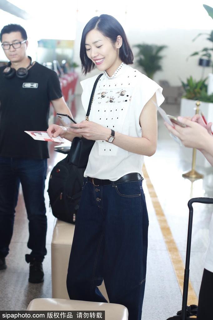 刘雯清爽现身机场 自推行李对镜甜笑气质出众