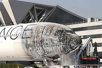 德国空客A340客机被地面牵引车引燃机头被烧黑