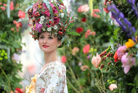 俄罗斯圣彼得堡举行鲜花节 美女花车惊艳亮相