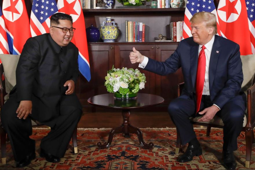 视频|金正恩与特朗普会面 特朗普向金正恩竖起大拇指