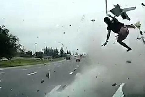 惨!泰卡车司机或因睡着致汽车失控 人飞出车外身亡
