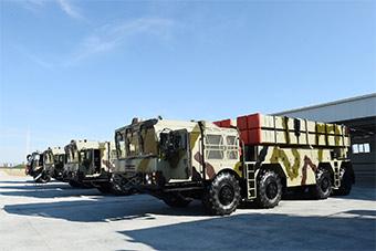 阿塞拜疆展示中白合研火箭炮 总统亲自试驾