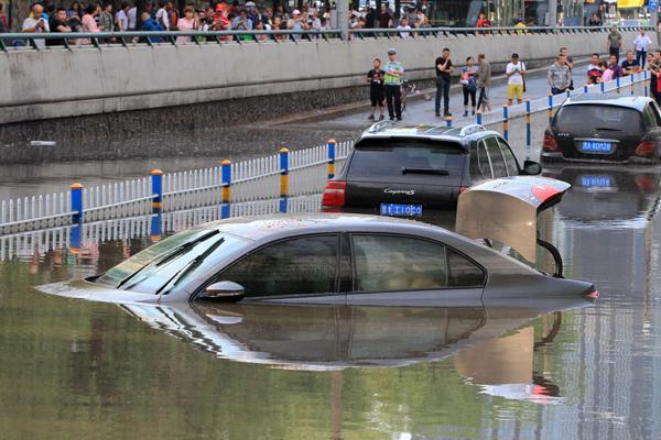 哈尔滨出现短时强降雨 部分路段积水严重
