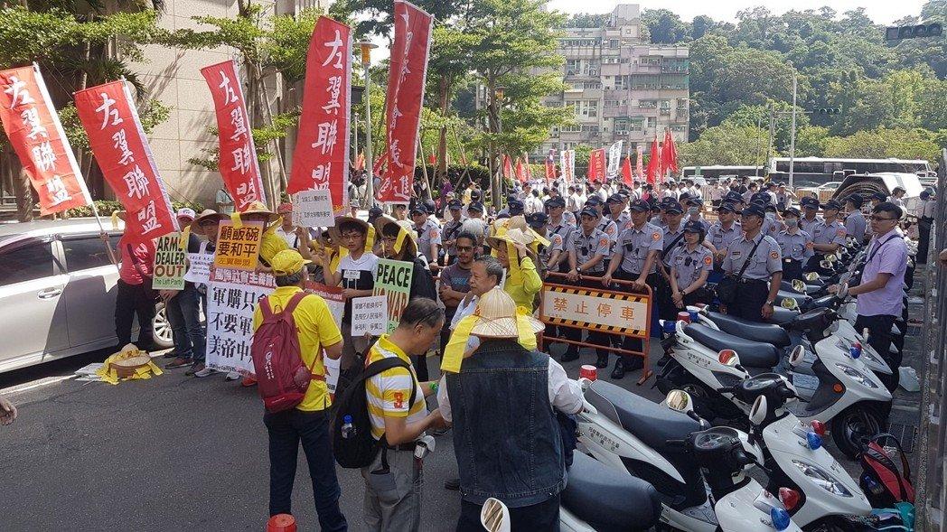 "AIT新馆启用,""独派""""统派""团体聚集门前抗议"
