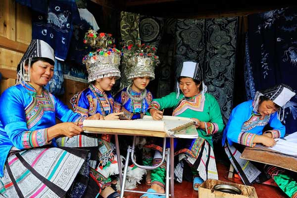 贵州榕江:苗家女绘制蜡染画 传统技艺结合现代元素获赞