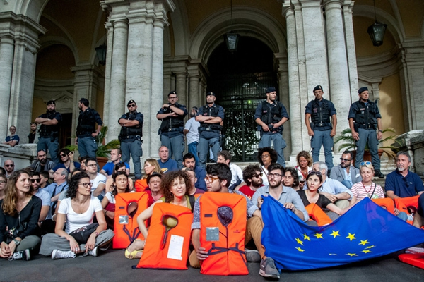 意大利政府拒收难民入境 民众穿救生衣抗议