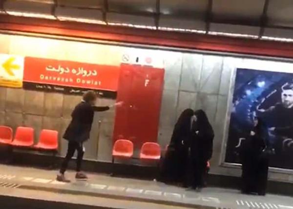 伊朗道德警察逼迫女子戴头巾视频引发热议