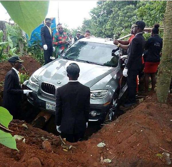 尼日利亚男子买崭新宝马车安葬父亲引热议