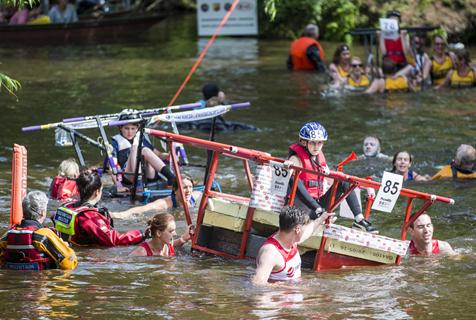 英国上演奇葩抬床大赛 淌泥巴过河喜感十足