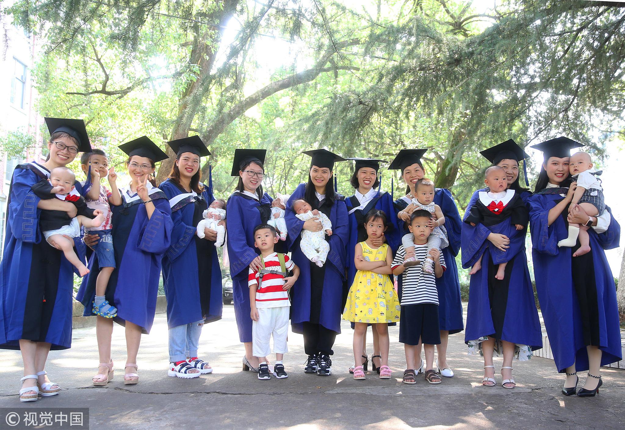10位硕士妈妈迎毕业 带孩子见证毕业典礼