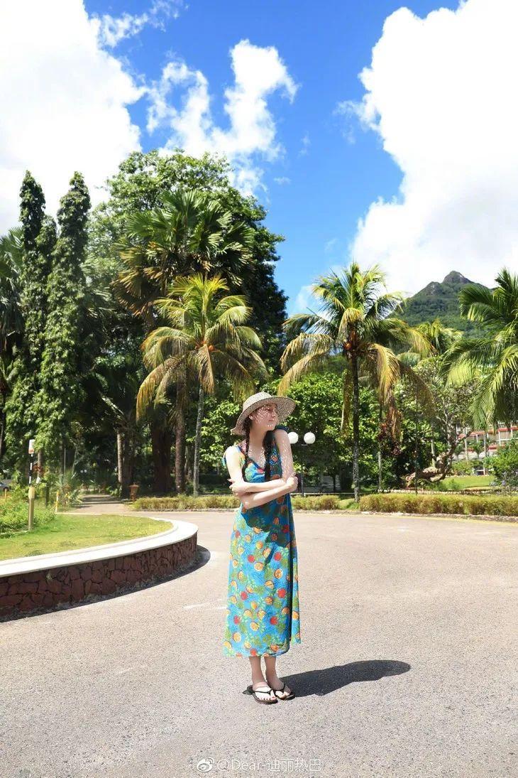 看到热巴穿吊带裙的样子,我特想去度假!