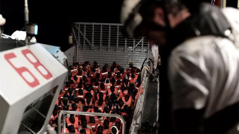 海上漂流36小时,这艘载有600多人的船道尽了欧洲的难民之殇