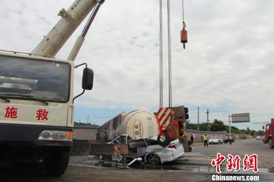 湖北枝城发生一起交通事故 罐车压扁小车致4人身亡
