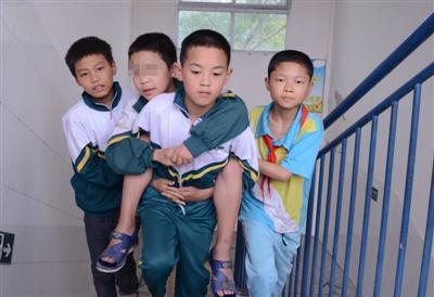 暖心!小学生得脑瘫行走困难 八同学背他照顾他数年