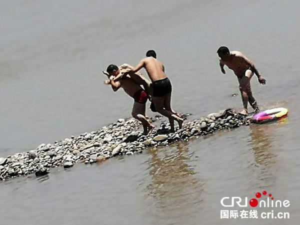 男孩跌入江里溺水5分钟 男子8分钟教科书式营救