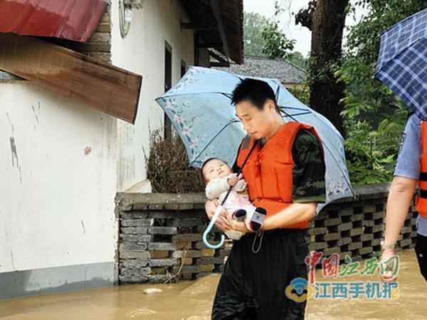 """婴儿给消防员""""撑伞""""照火爆网络,消防员:当时就被这娃暖到"""