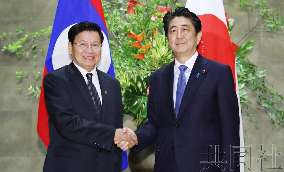 安倍与老挝总理会谈 确认继续协助基建和人才培养