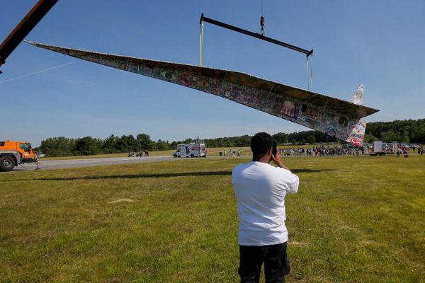 世界最大纸飞机亮相美国 长达19.5米气势十足
