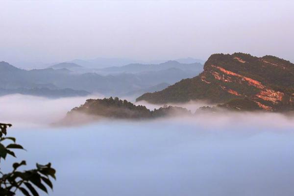 安徽齐云山景区雨后初霁 出现唯美云海