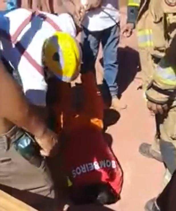 赞!巴西消防员钻进小洞救出2岁被困女童