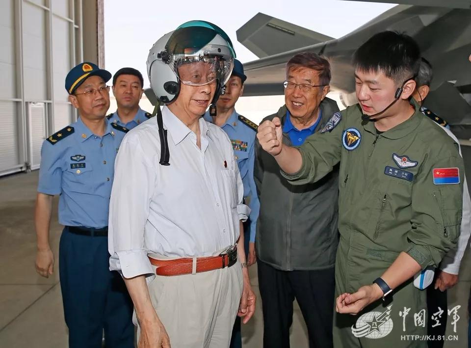 体验歼20头盔、观摩新战机 空军院士顾问为转型献策