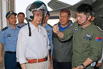 院士顾问探访歼-20部队 试戴歼-20战机先进头盔