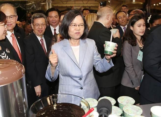 蔡英文声称台湾经济20年来最好 网友怒吼:假新闻 先关三天再说!