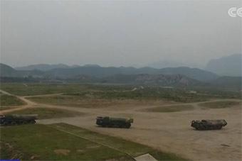 一长队火箭炮奔赴西北大漠实战演练