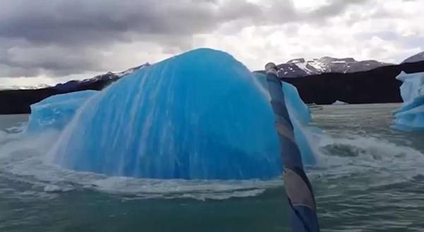 南美冰山崩裂反复上浮下沉景象壮观引人赞叹