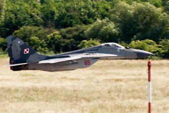 艺高人胆大!米格29秀超低空飞行离地面数米
