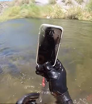 美潜水员河中捞出浸泡2周手机仍能正常使用