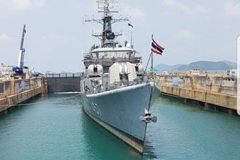 泰国海军将一艘中国制造战舰抬出水面