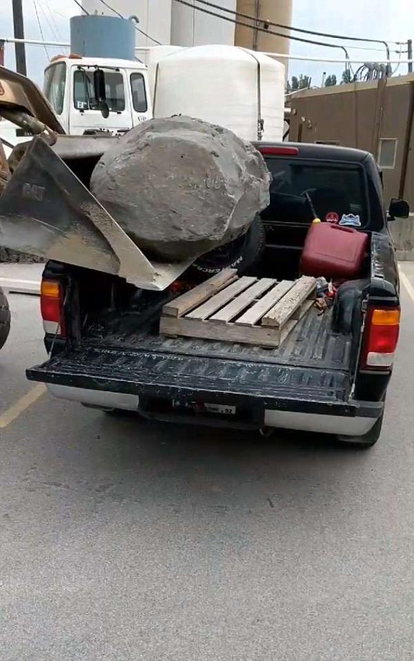尴尬了!皮卡车不堪巨石重负悬挂被压断