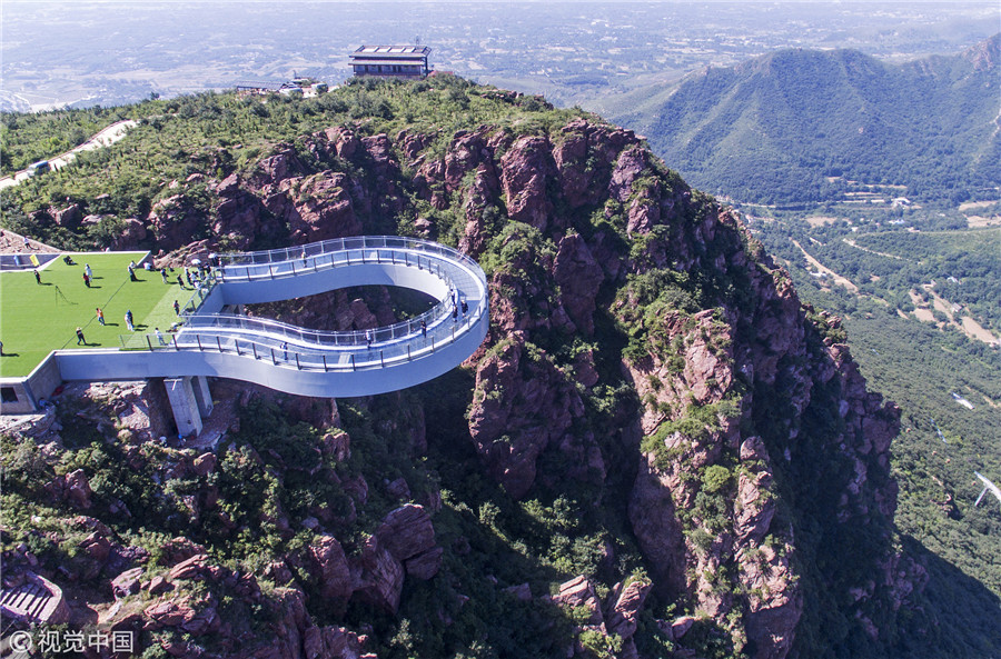 郑州世界最长高空玻璃环廊建成 伸出悬崖30米惊险刺激