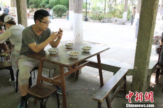 探访济南趵突泉畔消暑佳品泉水大碗茶