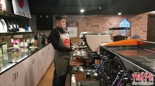 """咖啡馆雇自闭症患者作店员 4000多人报名当""""顾客"""""""