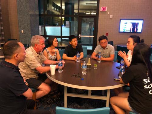中国驻洛杉矶总领事馆汤长安领事(左四)、曹乾领事(左五)表达了对此案的大力支持与高度关注。(美国《侨报》/亚利桑那州华人华侨联合总会理事长杨文田供图)