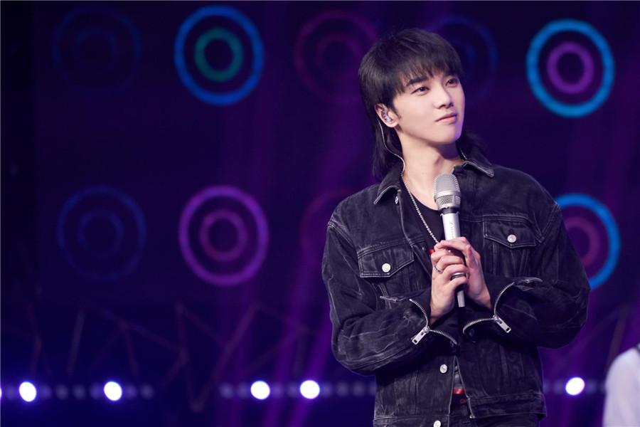 《我想和你唱》华晨宇抱五岁歌迷合唱《齐天大圣》