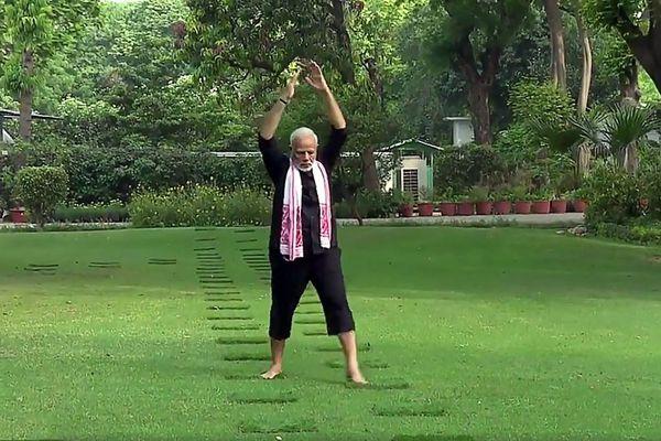 """印度总理莫迪接受""""健身挑战"""" 推特发布练瑜伽视频"""