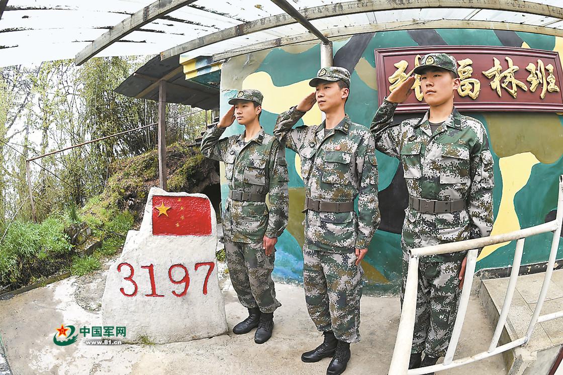 """三面悬崖的3197哨所 战士背饮用水要走""""天梯"""""""