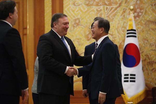 美国务卿蓬佩奥访问韩国 向文在寅通报朝美会晤情况