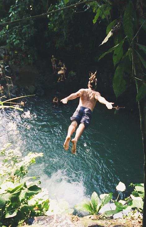 哥斯达黎加跳水爱好者挑战30米高瀑布