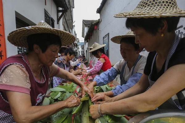 50人耗时13小时包出20余米长粽子 有7层楼高