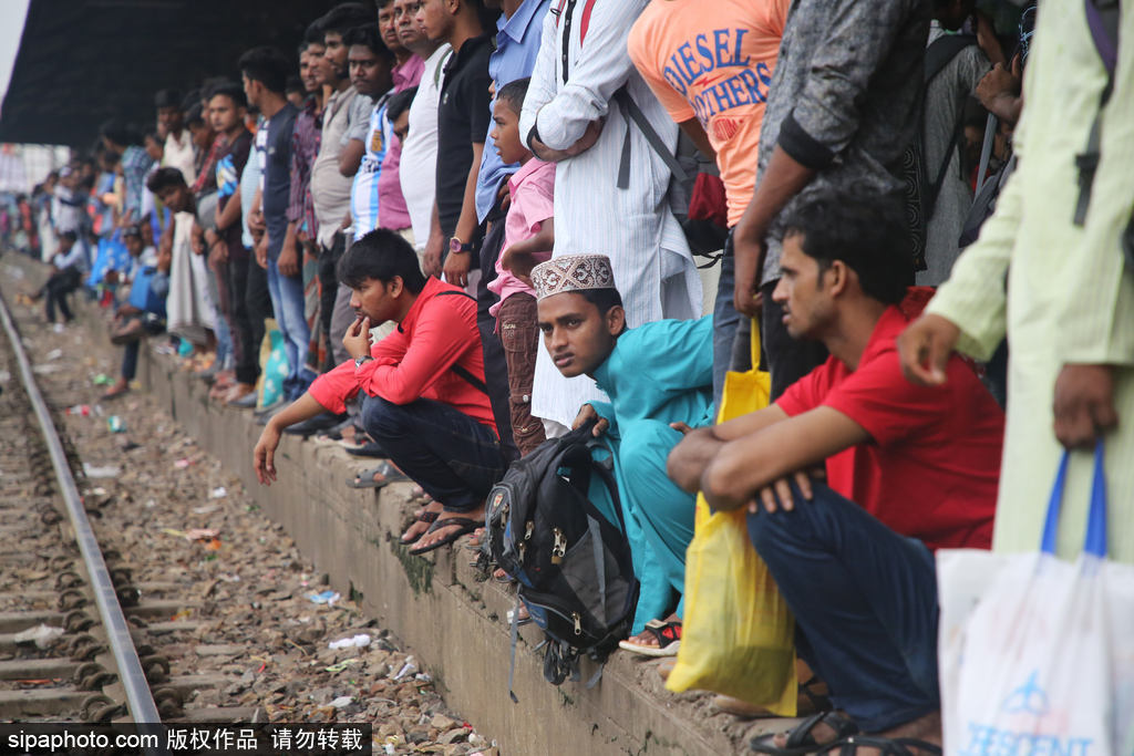 孟加拉国开斋节再现出行开挂技能 火车顶坐满人场面火爆