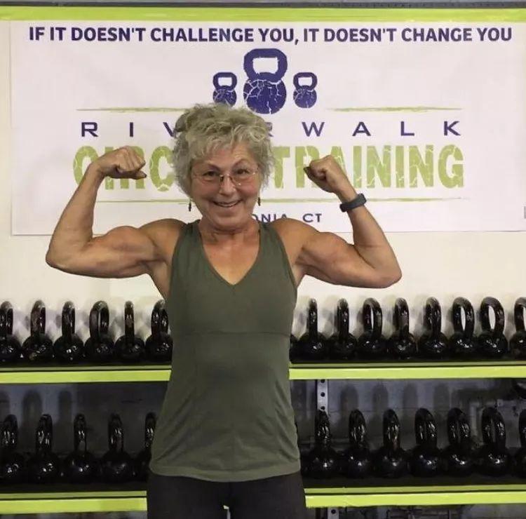 暴瘦50斤,70岁的她爱穿比基尼,活得比少女还滋润!