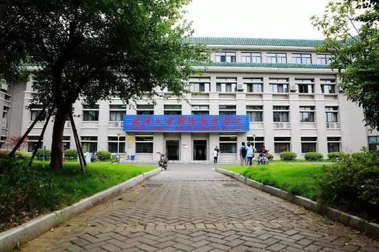 """武汉大学现""""中国学生不得入内""""标识?官方通报"""